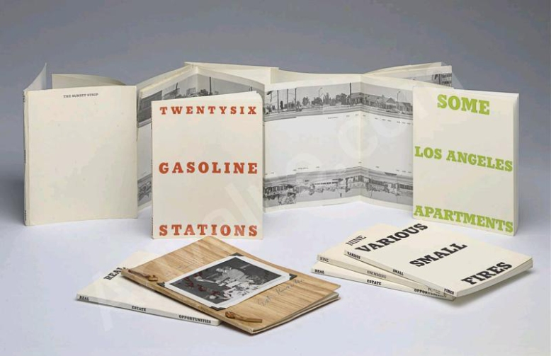 Las inexpresivas y anti-literarias obras de Ed Ruscha, como Twenty-six Gasoline Stations (1962), Some Los Angeles Apartments (1965) o Every Building on Sunset Strip (1966) iniciaron el enfoque que dominó durante años toda la concepción de los libros de artista.